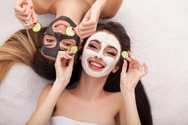 Používejte pravidelně pleťové masky a peelingy