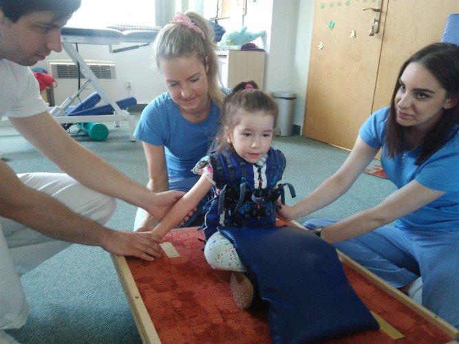 Erika v centru intenzivní rehabilitace Adeli