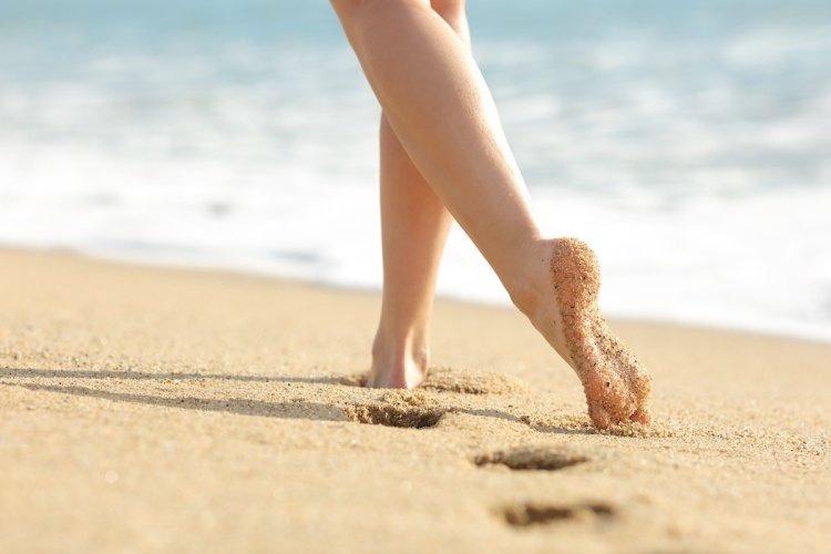 Žena, písek, moře, chodidla