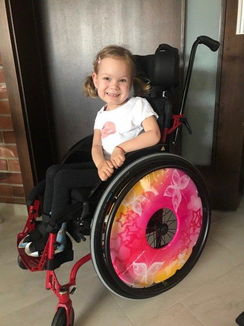 Viktorka na novém mechanickém  vozíčku